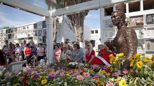 El busto de Rocío Jurado en su tumba en el cementerio de la localidad natal de la cantante en Chipiona