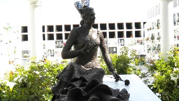 La escultura que corona la tumba antes de sufrir el ataque