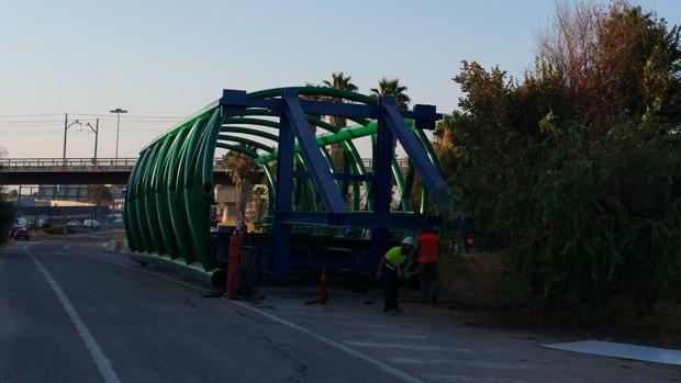 La instalación de la pasarela entre Tablada y San Juan ha sufrido numerosos retrasos
