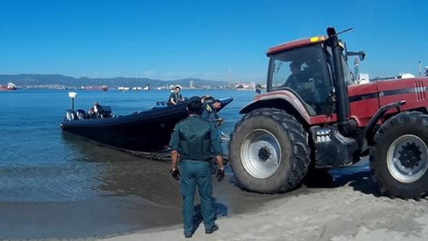 La Guardia Civil aprehende una narcolancha durante la operación 'Hacinados'.
