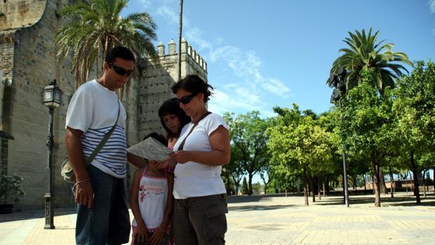 Turistas visitando el Alcázar de Jerez