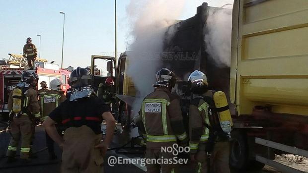 Bomberos actuando en le extinción del incendio del camión