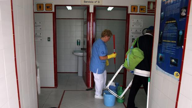 Servicio de limpieza en uno de los módulos de la playa Victoria