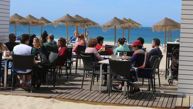 Las terrazas de los chiringuitos de Cádiz, en el punto de mira