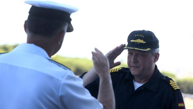 El capitán de navío Aguirre recibe al Almirante de la Flota a bordo del 'Galicia'.
