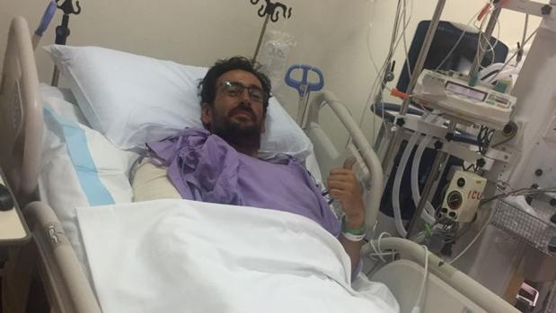 Victor Moyano, durante su ingreso en un hospital en Singapur