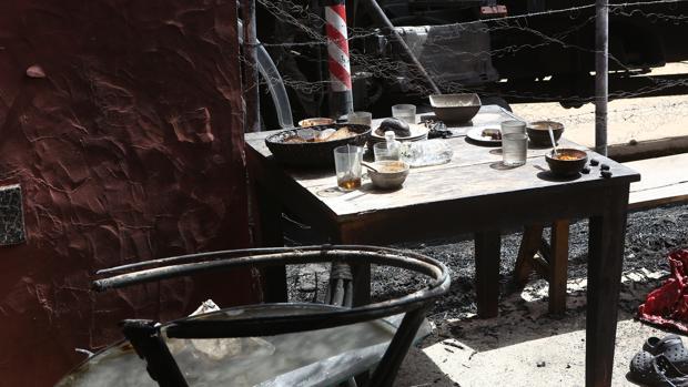La mesa en la que comían los empleados estaba situada junto al transformador eléctrico.