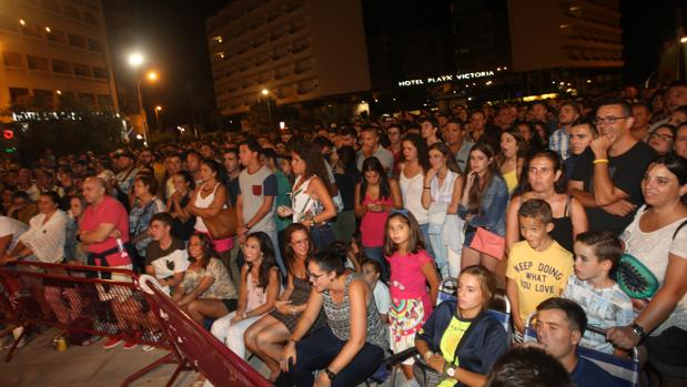 Miles de personas se agolparon en los diferentes escenarios instalados a lo largo del Paseo Marítimo