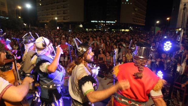 Decenas de personas disfrutaron de las actuaciones de las agrupaciones del Carnaval de Cádiz