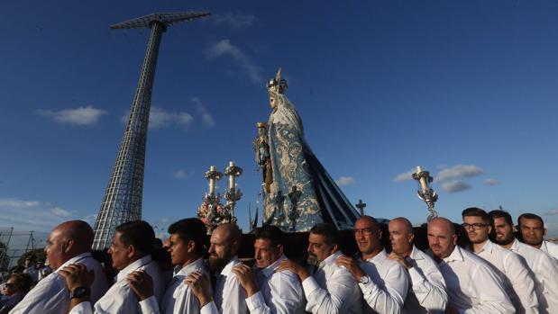 La Patrona, portada en parihuela por hermanos cofrades, a su paso por Puntales