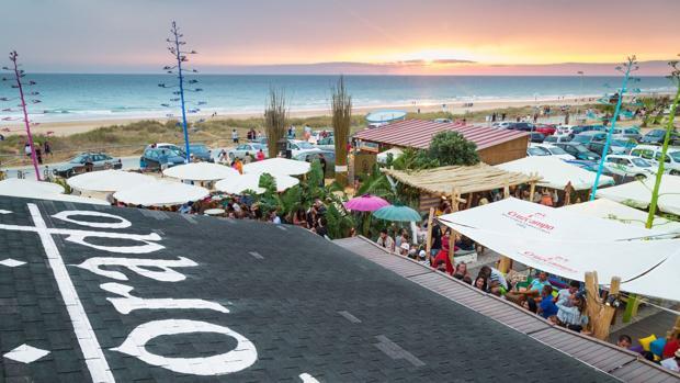 Imagen aérea de El Dorado, con la playa de El Palmar de fondo