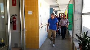 El alcalde de La Algaba, Diego Manuel Agüera, visita uno de los centros en los que se han retirado las caracolas