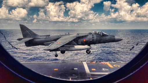 Harrier aterrizando en la cubierta del 'Juan Carlos I'.