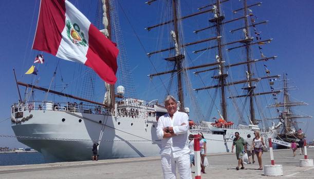 El doctor Mario Velarde, delante del buque 'Unión'