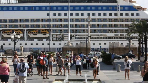 Más de 51.000 pasajeros recalarán en Cádiz en septiembre a bordo de distintos cruceros