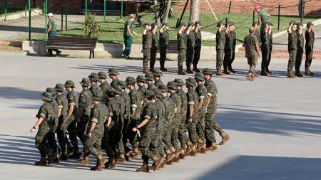 Varios pelotones de alumnos recibiendo formación en el patio del Centro de Formación de Tropa nº 2 de SanFernando.