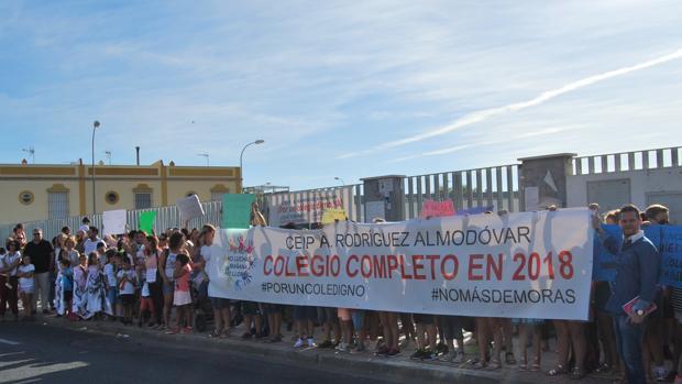 Manifestación de los padres de los alumnos del colegio Rodríguez Almodóvar