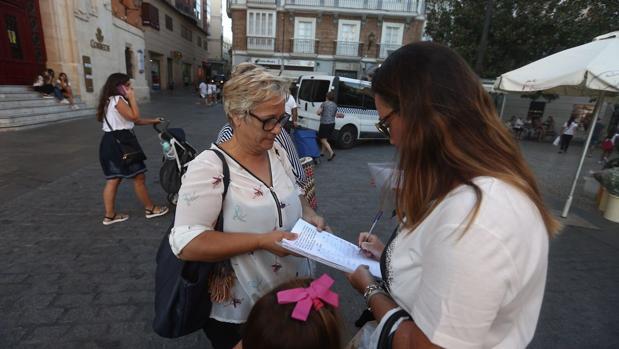 Las trabajadoras de los módulos recogían firmas pidiendo apoyo por su situación de incertidumbre.