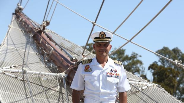 El comandante Paz en la proa del Juan Sebastián de Elcano.