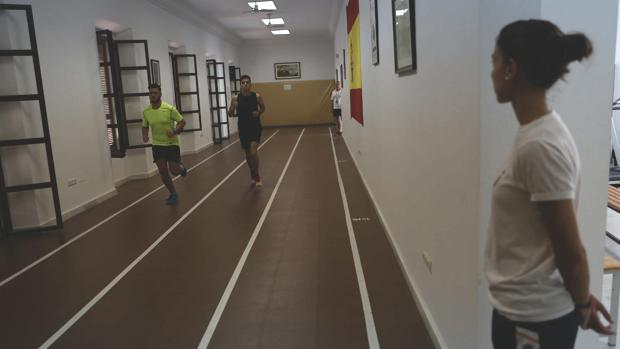 Dos opositores del primer ciclo de 2017 realizan una de las pruebas físicas en la Subdelegación de Defensa de Cádiz.