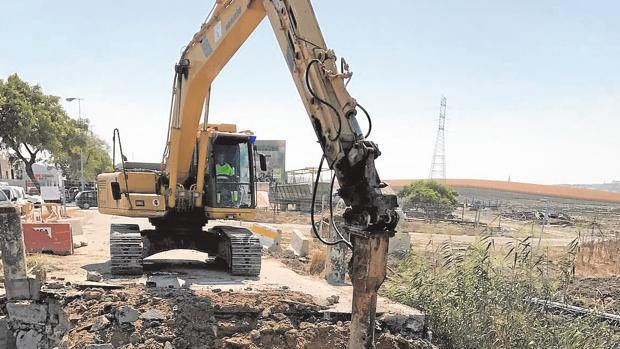 Trabajos de demolición en el puente del Peregrino