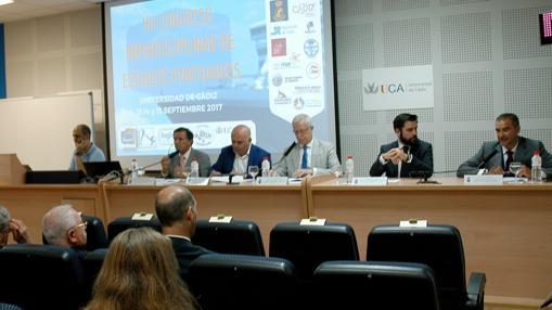 Mesa de presentación del congreso