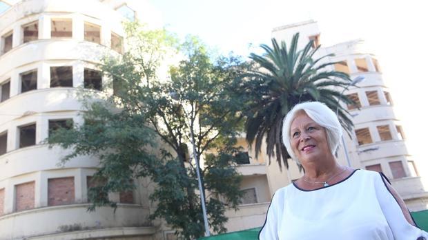 La presidenta de la asociación de vecinos Vientos de La Caleta, Carmen Pájaro, junto al Olivillo.