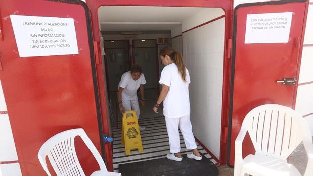 Las trabajadoras colocaron carteles reivindicativos en los aseos.