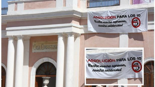 La pancarta de apoyo colocada en la fachada del Ayuntamiento.