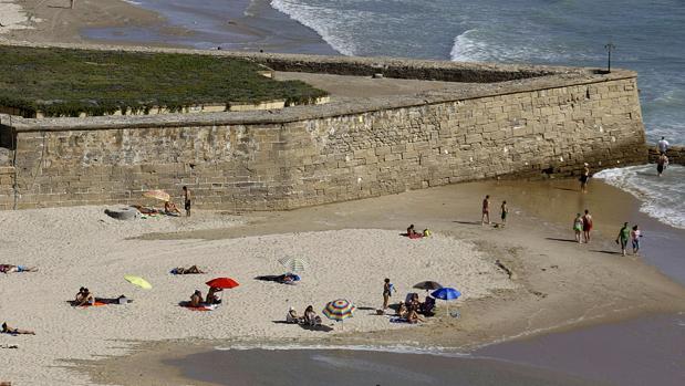 El detenido fue sorprendido junto al menor en la playa de Cortadura.