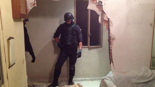 Para entrar a por uno de ellos echaron la pared abajo.