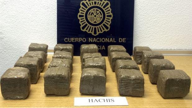 Intervenidas 3,5 toneladas de hachís en una embarcación y detenidos sus cinco tripulantes