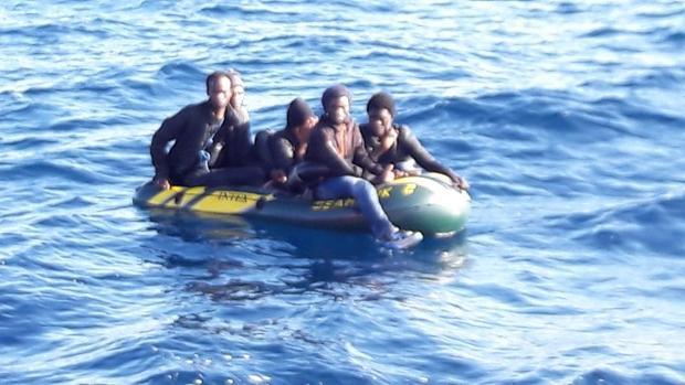 Los cinco varones de origen subsahariano, rescatadas este domingo de una patera tipo 'toy'