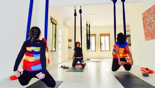 María José, al fondo, en una clase de yoga aéreo