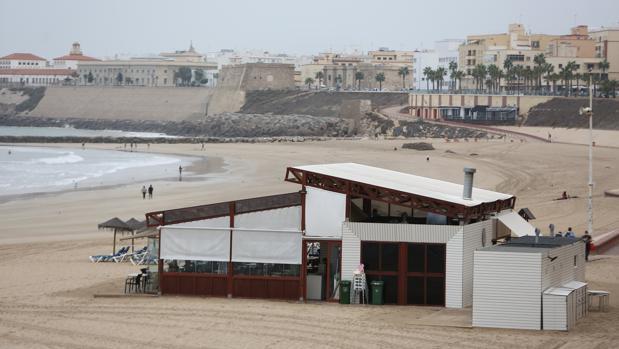Imagen tomada ayer de uno de los chiringitos que siguen abiertos en la playa de Santa María