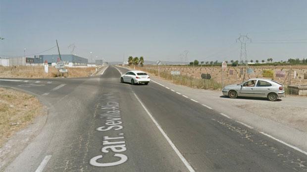 El accidente ha tenido lugar en el kilómetro 16 de la carretera A-8006, entre Alcalá del Río y La Algaba