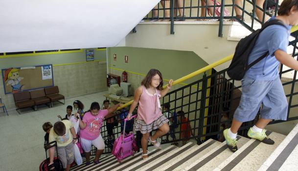 Niños suben a clase en un colegio de la provincia.