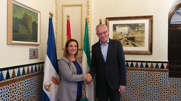 La alcaldesa de Alcalá, Ana Isabel Jiménez, y el director general de Sunshine Latin, Benedikt Ortmann