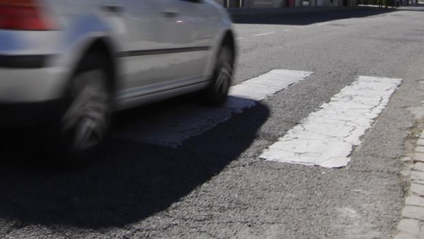 Un vehículo atraviesa un paso de cebra