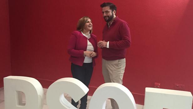 Irene García conversa con Fran González en la sede provincial del PSOE.