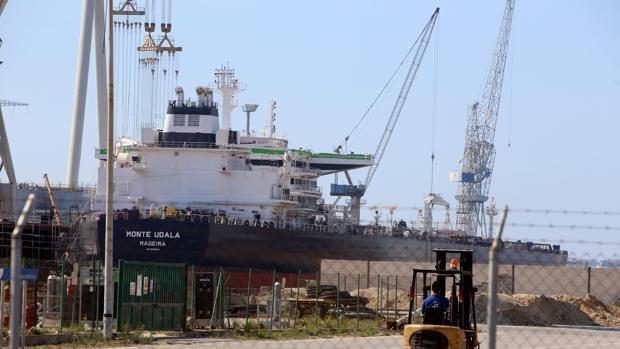 El 'Monte Udala', en el dique del astillero de Puerto Real a la espera de su flotadura