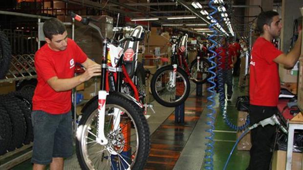 Cadena de montaje de Torrot-Gas Gas en la planta de Girona.