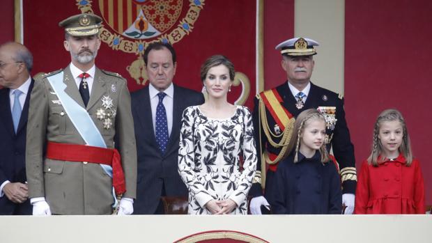Sus Majestades los Reyes junto a sus hijas, la princesa Leonor y la infanta Sofía, en el desfile del año pasado.