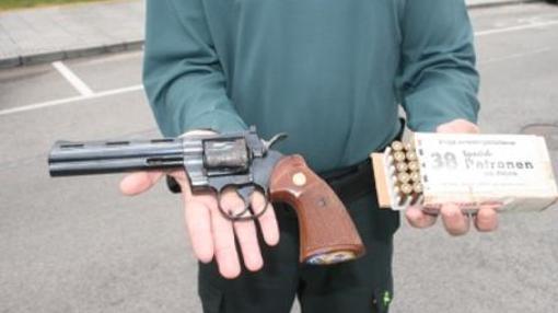 Imagen del revolver intervenido. Marca Colt, modelo Phyton, propiedad supuestamente de Diego Ponce. También se decomisaron 10 cartuchos sin disparar.