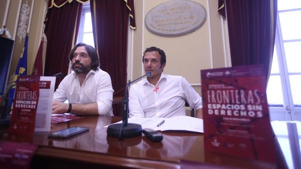 Diego Boza, de la APDHA, y el alcalde, José María González, en la presentación de las jornadas
