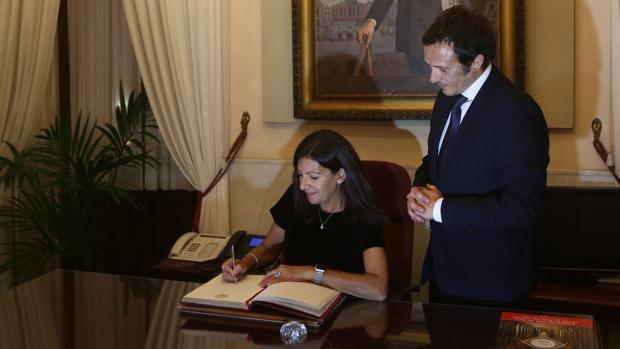 Anne Hidalgo, alcaldesa de París, dejando constancia de su visita a Cádiz