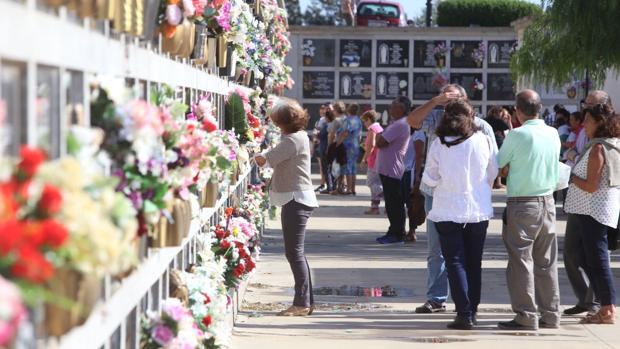 Numerosas personas, esta mañana en el Cementerio Mancomunado de Chiclana