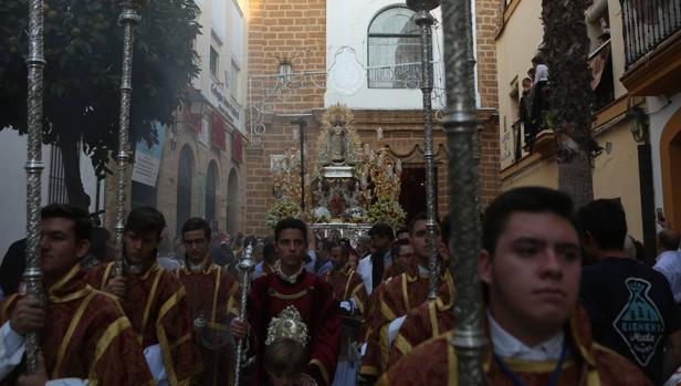 La Virgen de la Palma procesionó por las calles de Cádiz.