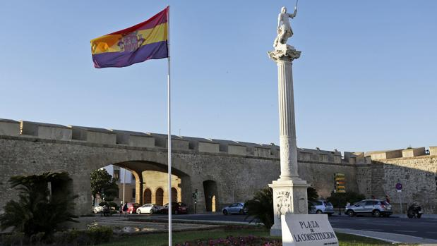 El Ayuntamiento colocó en los jardines de las Puertas de Tierra la bandera republicana durante varios días.