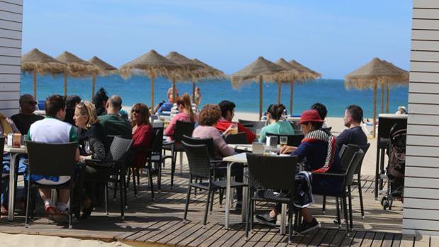 Varios clientes en las terrazas de uno de los chiringuitos de las playas de Cádiz